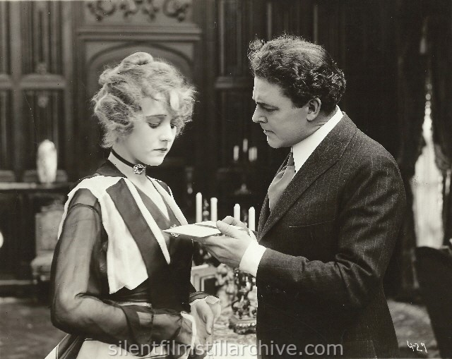 Jewel Carmen and William Farnum in AMERICAN METHODS (1917).