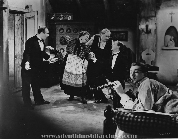 Emile Boreo, Nan Kearns, Unknown, John Miller and Michael Redgrave in THE LADY VANISHES (1938)